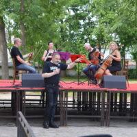 Kwartet smyczkowy Aquartet oraz konferansjer Witold Pelka