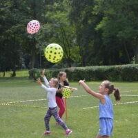 Trzy dziewczynki podrzucają balony