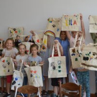 Dzieci prezentują ozdobione torby
