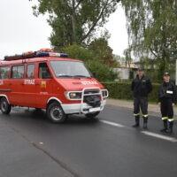 Strażacy iwóz strażacki podczas rajdu rowerowego
