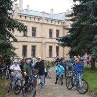 Uczestnicy rajdu rowerowego stoją przy rowerach