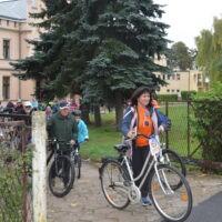 Uczestnicy rajdu rowerowego rozpoczynają jazdę