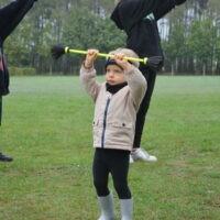 Chłopiec podczas zabaw cyrkowych